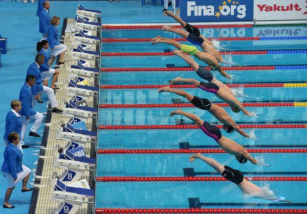 Спортсмены на старте дистанции 100 м брассом в финале среди мужчин на XVI чемпионате мира по водным видам спорта в Казани