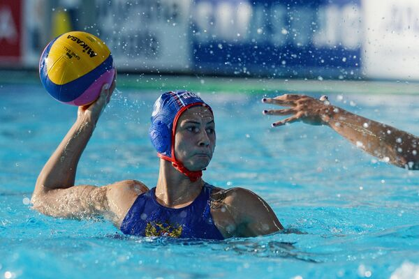 Ватерполистка сборной России Екатерина Прокофьева (слева)