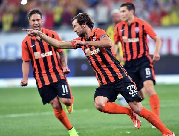 Футболисты Шахтера Марлос и Дарио Срна радуются забитому голу