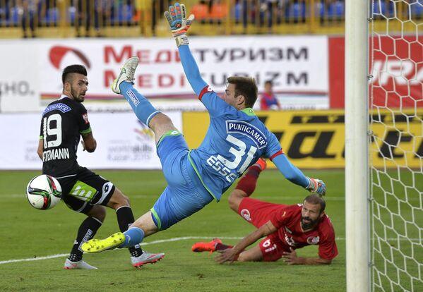 Защитник Штурма Марвин Поцман, вратарь Штурма Михаэль Эссер, полузащитник Рубина Гёкдениз Карадениз (слева направо)
