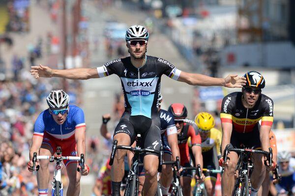 Бельгийский велогонщик Том Бонен из команды Etixx - Quick Step (в центре)