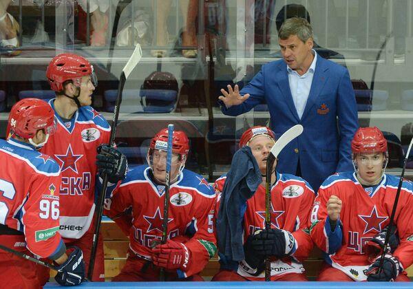 Главный тренер ЦСКА Дмитрий Квартальнов (второй справа)