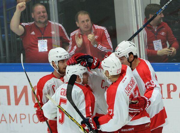 Хоккеисты Спартака радуются заброшенной шайбе
