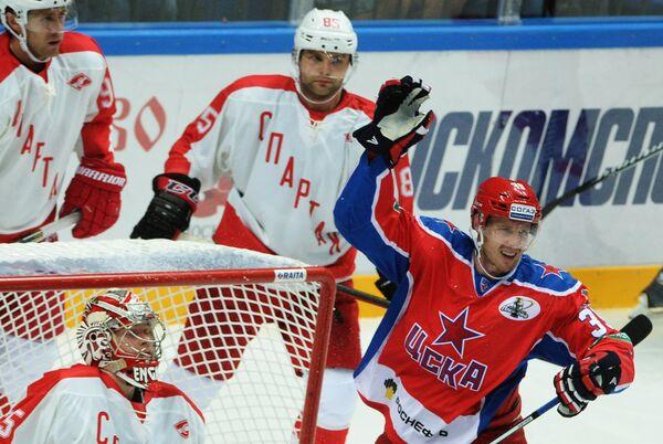 Форвард ЦСКА Ян Муршак (справа) радуется своему заброшенной шпайбе