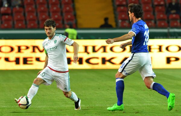 Защитник Терека Ризван Уциев и полузащитник Динамо Юрий Жирков (справа)