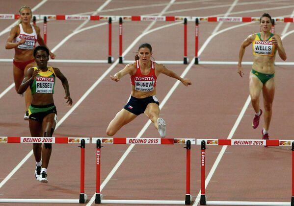 Стина Трост, Жанив Расселл, Зузана Гейнова и Лоурен Уэллс во время бега на 400 метров с препятствиями (слева направо)