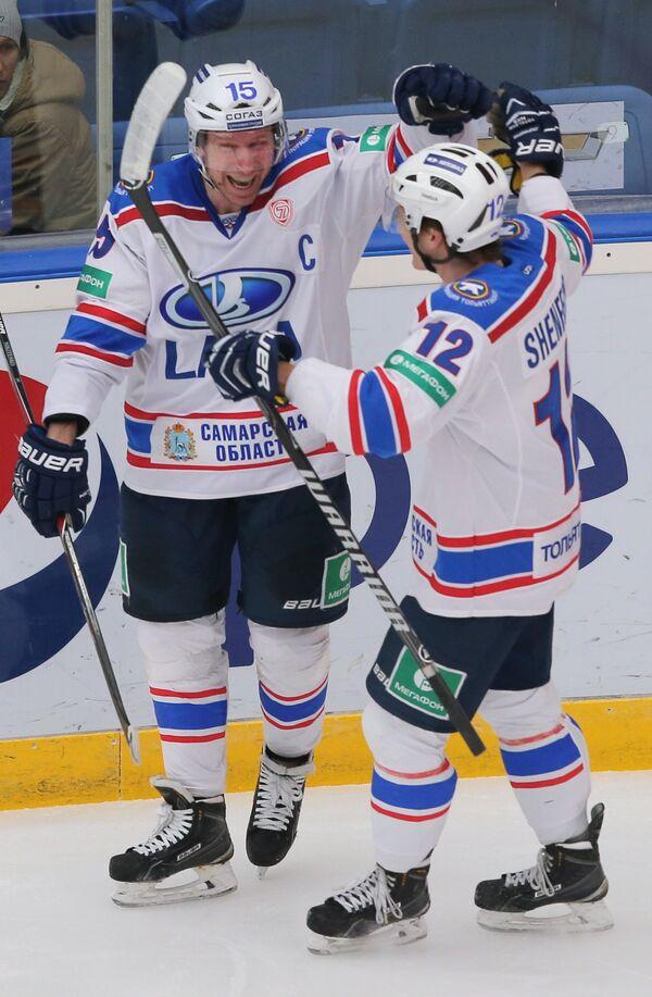 Игроки Лады Андрей Никитенко (слева) и Антон Шенфельд