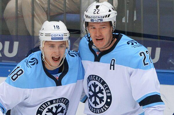 Игроки ХК Сибирь Дамир Жафяров и Олег Губин (справа)