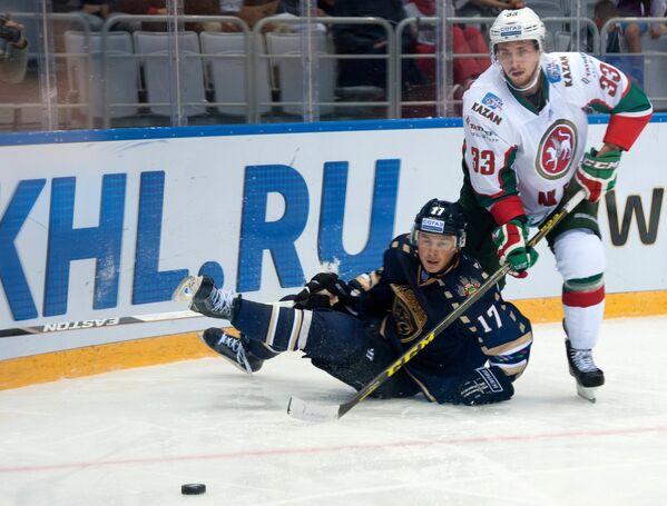 Форвард ХК Сочи Илья Крикунов (слева) и защитник ХК Ак Барс Альберт Яруллин