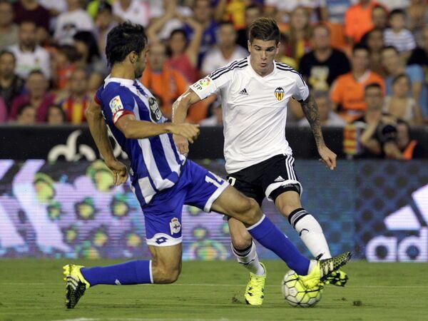 Полузащитник Валенсии Родриго Де Пауль (справа) и защитник Депортиво Алехандро Арриибас