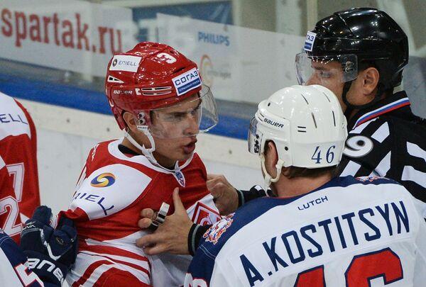 Защитник Спартака Андрей Ермаков (слева) и форвард Торпедо Андрей Костицын