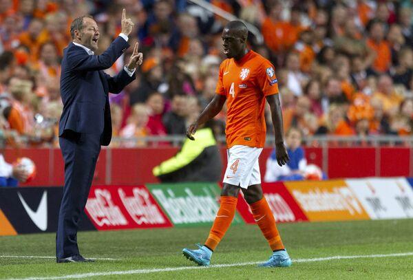 Главный тренер сборной Нидерландов по футболу Данни Блинд и защитник команды Брюно Мартинс Инди (слева направо)
