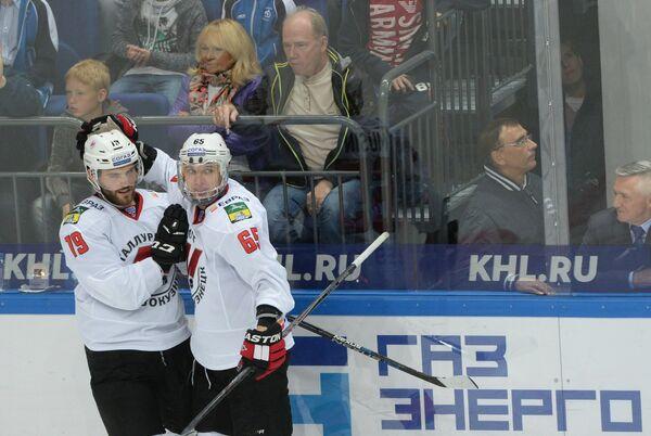 Хоккеисты Металлурга Роберт Коусал (слева) и Илья Мусин