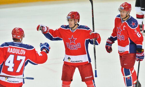 Хоккеисты ЦСКА Александр Радулов, Джефф Плэтт и Денис Денисов (слева направо)