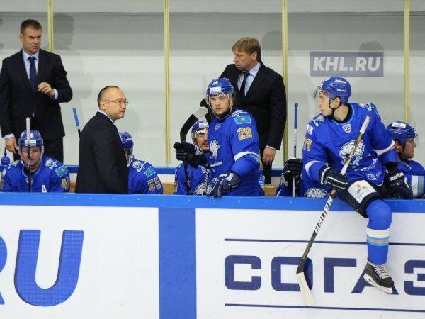 Главный тренер клуба КХЛ Барыс Ерлан Сагымбаев (третий слева)