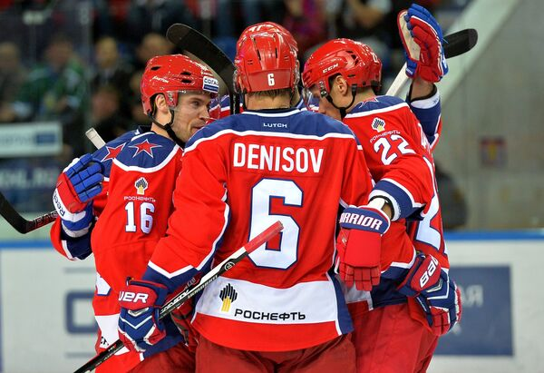Хоккеисты ЦСКА Джефф Плэтт, Денис Денисов и Никита Зайцев (слева направо) радуются победе