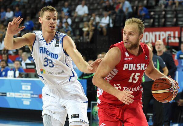 Игровой момент матча между сборными Польши и Финляндии