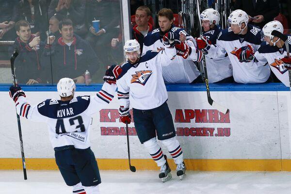 Хоккеисты Металлурга Ян Коварж и Сергей Мозякин (слева направо) радуются забитому голу