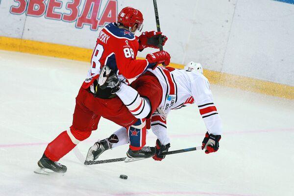 Защитник ЦСКА Артём Блажиевский (слева) и форвард Автомобилиста Анатолий Голышев