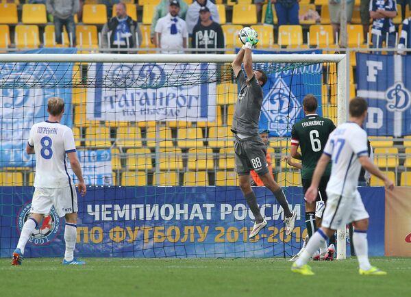 Форвард ФК Динамо Павел Погребняк (слева) и вратарь Краснодара Андрей Синицын (второй слева)