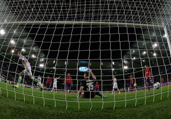 Мяч влетает в ворота голкипера ЦСКА Игоря Акинфеева