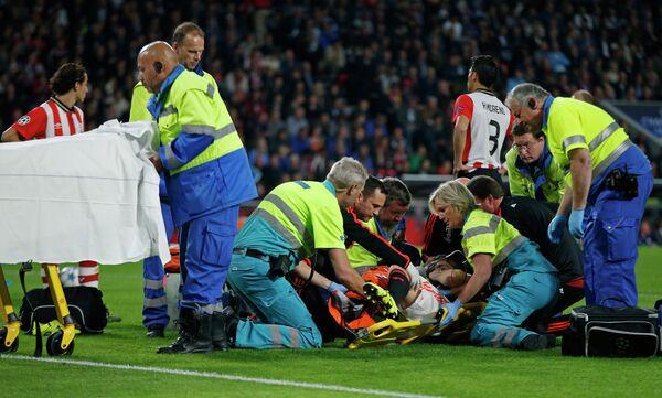 Врачи оказывают помощь травмированному защитнику Манчестер Юнайтед Люку Шоу