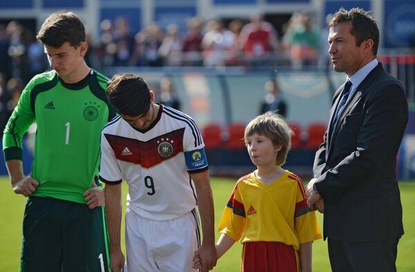 Капитан сборной Германии по футболу-чемпиона мира 1990 года Лотар Маттеус (справа)