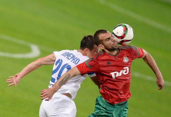 Нападающий ФК Локомотив Петар Шкулетич (справа) и полузащитник ФК Крылья Советов Алексей Померко