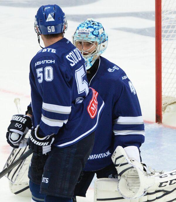 Защитник Динамо Максим Соловьёв (слева) и вратарь Динамо Александр Лазушин