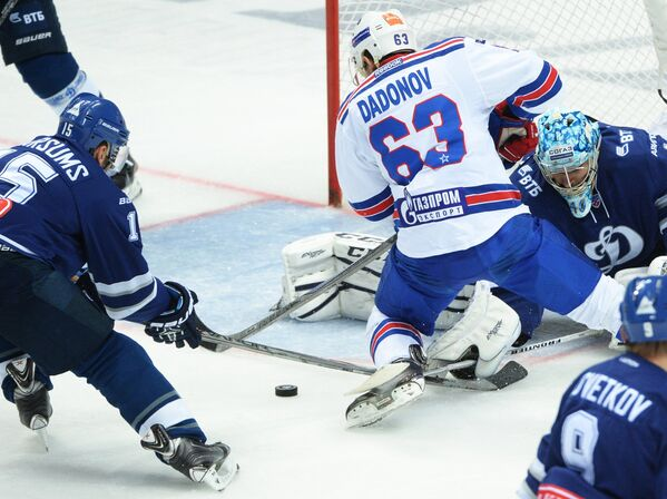 Нападающий Динамо Мартиньш Карсумс, нападающий СКА Евгений Дадонов и вратарь Динамо Александр Лазушин (слева направо)
