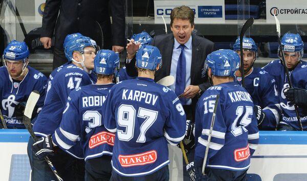 Главный тренер Динамо Харийс Витолиньш (в центре) с игроками своей команды