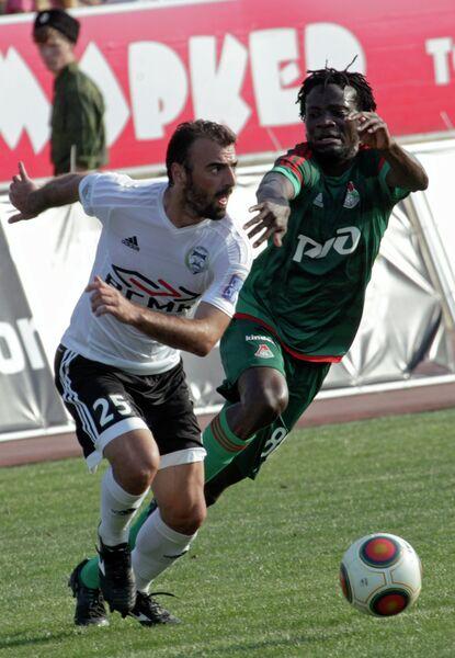 Полузащитник Торпедо Зураби Арзиани (слева) и полузащитник Локомотива Делвин Ндинга