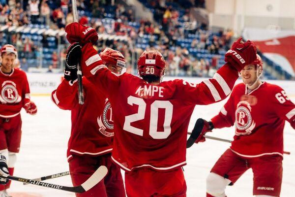 Марио Кемпе и хоккеисты Витязя