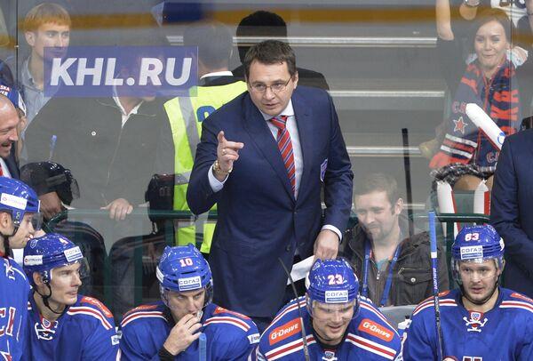Главный тренер СКА Андрей Назаров (на втором плане)