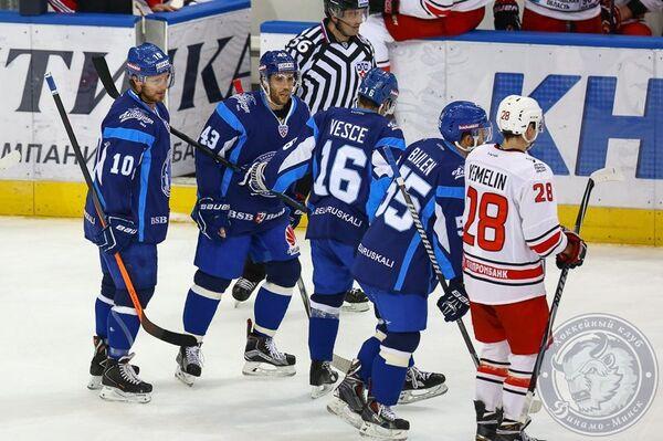 Хоккеисты минского Динамо и Сергей Емелин (слева направо)