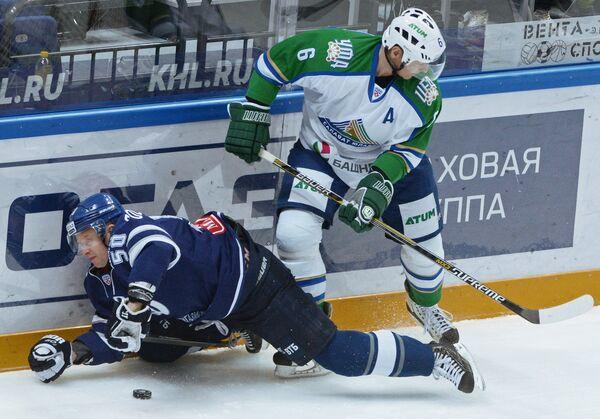 Защитник ХК Динамо Максим Соловьёв (слева) и форвард ХК Салават Юлаев Сергей Соин