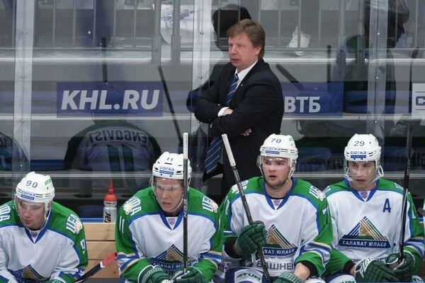 Главный тренер ХК Салават Юлаев Анатолий Емелин (в центре на заднем плане)