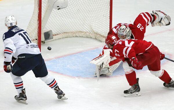 Форвард Металлурга Сергей Мозякин (слева) и вратарь Витязя Харри Сятери (справа)