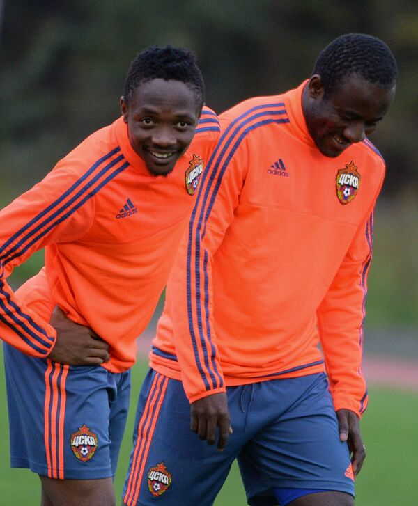 Футболисты ЦСКА Ахмед Муса (слева) и Сейду Думбия на тренировке
