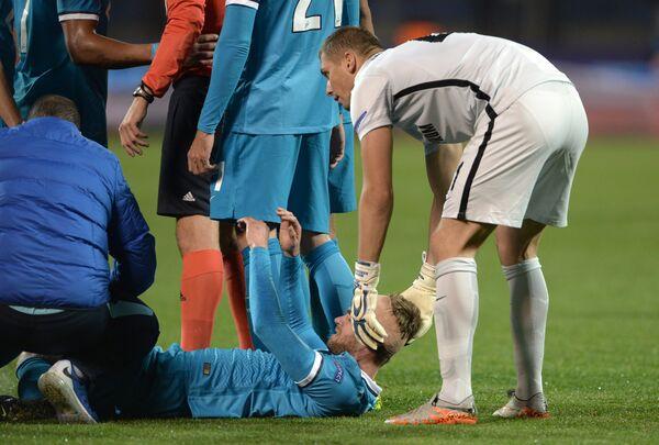 Защитник Зенита Николас Ломбертс (в центре), получивший травму, и голкипер Зенита Михаил Кержаков (крайний справа)