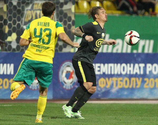 Защитник Кубани Роман Бугаев (слева) и защитник Анжи Андрей Ещенко