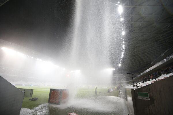 Ливень во время футбольного матча