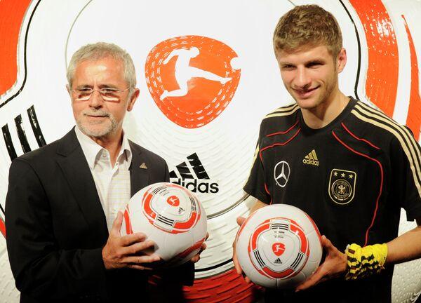 Известный в прошлом немецкий футболист Герд Мюллер и футболист сборной Германии и мюнхенской Баварии Томас Мюллер (слева направо)