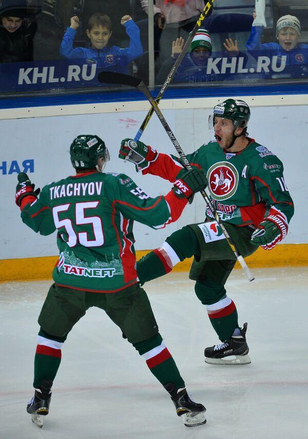 Хоккеисты Ак Барса Владимир Ткачёв (слева) и Михаил Варнаков (автор гола) радуются забитому голу