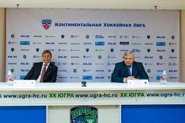 Главные тренеры ХК Амур Сергей Шепелев и ХК Югра Павел Езовских (слева направо)
