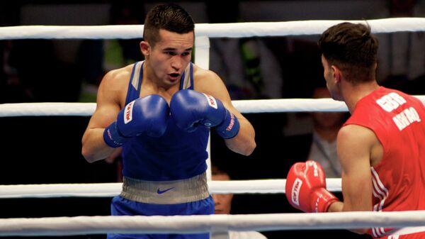 Российский боксер Бахтовар Назиров (слева)