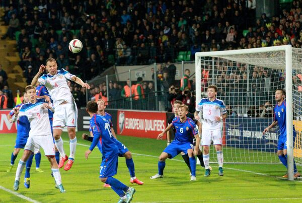 Игроки сборной России по футболу Александр Кокорин и Сергей Игнашевич (слева направо)