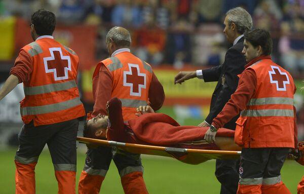 Нападающий сборной Испании и туринского Ювентуса Альваро Мората (на носилках)