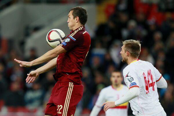 Нападающий сборной России Артём Дзюба (слева) и защитник сборной Черногории Эстебан Савельич