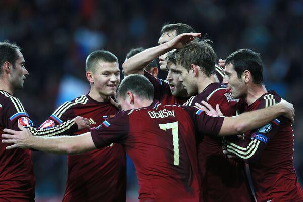 Игроки сборной России поздравляют Александра Кокорина (второй справа)